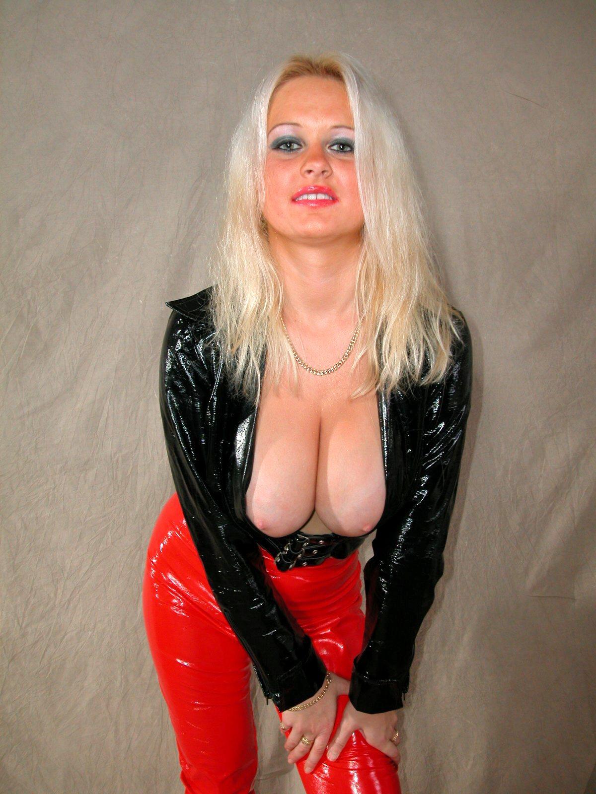 vollbusige Blondine